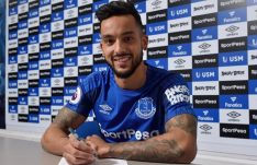 Theo Walcott signs to Everton